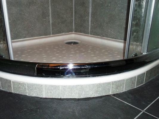 bac douche receveur 1 4 de cercle gros plan travaux de r novation salle de bains claix. Black Bedroom Furniture Sets. Home Design Ideas